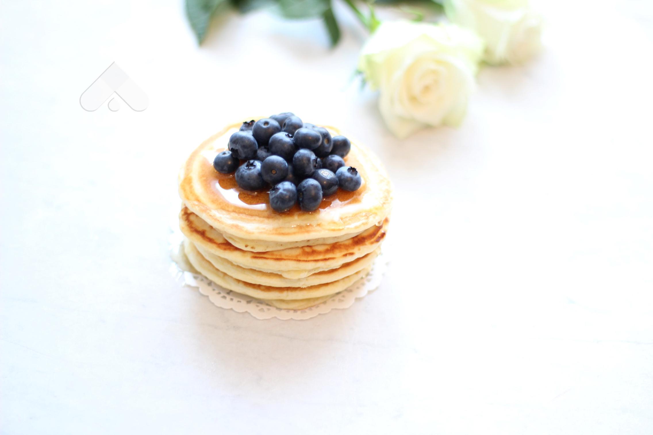 Kek tigani (pancakes) me boronica dhe mjaltë
